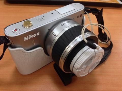カメラストラップと鞄の共存は難しい。